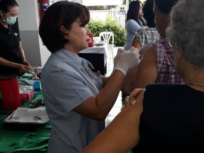 ออกหน่วยฉีดวัคซีนป้องกันไข้หวัดใหญ่ รพสต.บ้านผาสุก